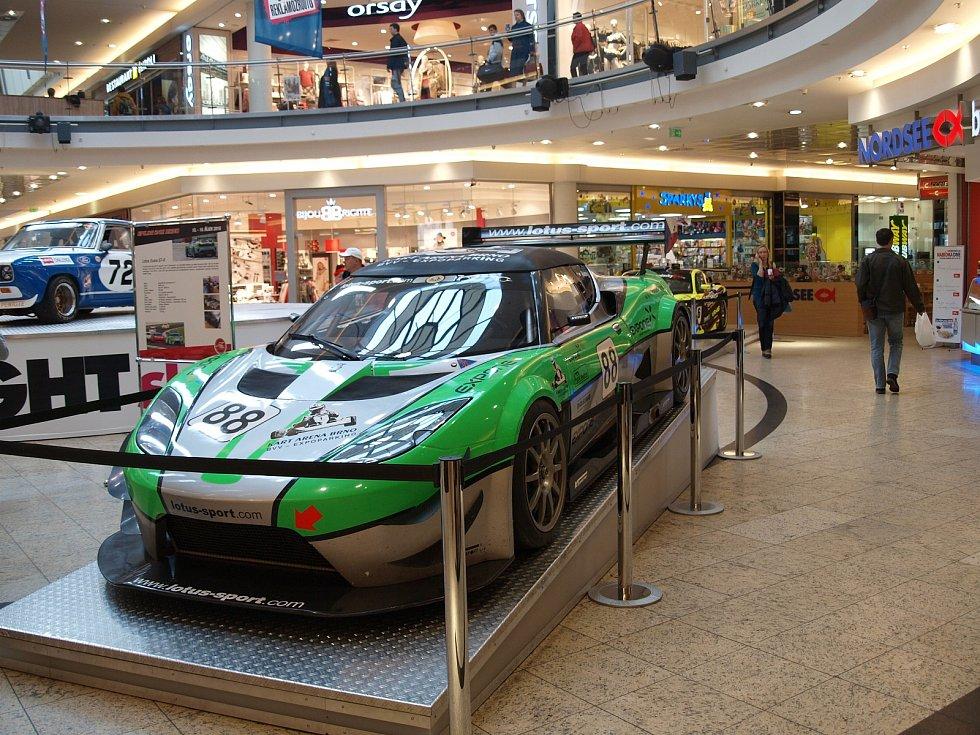 Výstava závodních vozů v brněnské Galerii Vaňkovka.