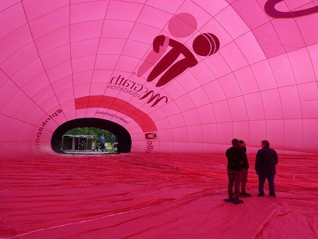 Vyšší než desetipatrová budova. Tak popisuje šéfkonstruktér brněnské firmy Kubíček ballons Petr Kubíček svůj nový nezvykle velký balon. Firma ho vyrobila pro australského pilota Murraye Blytha, který s ním chce pokořit výškový rekord.