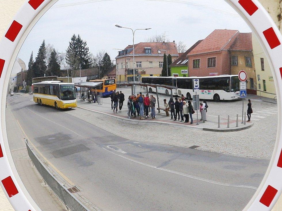 Lidé v Pohořelicích se už dočkali části opravy autobusového nádraží. Některým se ale podoba příliš nelíbí, neboť podle nich stříšky příliš nechrání před deštěm.