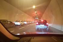 Perfektní uličku vytvořili pro sanitku řidiči v Pisáreckém tunelu.