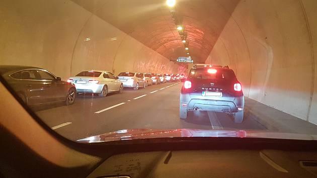 Pochvala řidičům. Pro sanitku v Pisáreckém tunelu vytvořili perfektní uličku