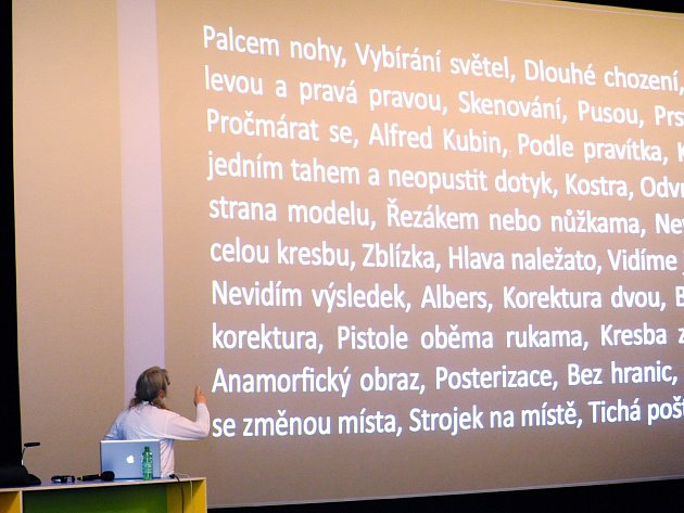 Vladimír Kokolia při prezentaci loňského sympozia v kině Scala.