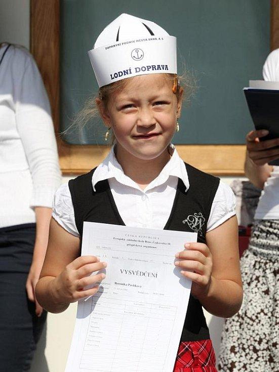 Pro dvě třídy prvňáčků ze dvou brněnských základních škol byl poslední školní den tohoto roku ještě výjimečnější než pro ostatní děti. Svá vysvědčení totiž malí školáci dostali na lodi Vídeň na Brněnské přehradě.