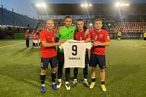 Čeští reprezentanti Tomáš Zeman, David Záleský, Dominik Moučka a Michal Tofl (zleva) s dresem spoluhráče Dominika Šmerdy, jehož do Kyjeva nepustilo zranění.