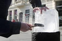 Šperk Srdce oceánu mohli z ledové kostky lidé získat na náměstí Svobody v Brně.