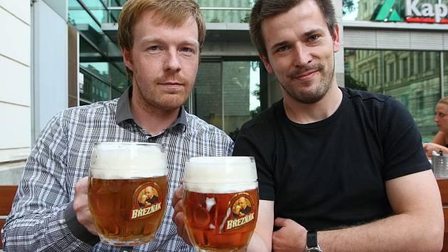 Seriál Hovory nad pivem s ředitelem brněnského krematoria zvířat Adamem Voňavkou (vlevo).