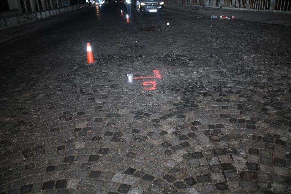 Stříbrné BMW srazilo chodce v brněnské Fryčajově ulici, ten zemřel. Řidiče už policie zdržela.