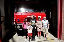 Děti si mohou vyzkoušet, jaké je hasičské povolání. Den otevřených dveří pořádají jednotky v Lidické ulici.