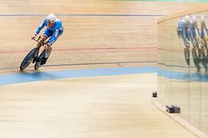 Dráhoví cyklisté brněnské Dukly na mistrovství Evropy 2021 ve Švýcarsku, v bílé helmě Tomáš Bábek.