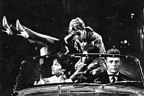 LA DOLCE VITA. Ve Felliniho filmu Sladký život z roku 1960 si zahráli Marcello Mastroianni a Anita Ekberg.