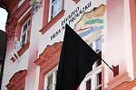 Smuteční černá vlajka na budově divadla Husa na Provázku.