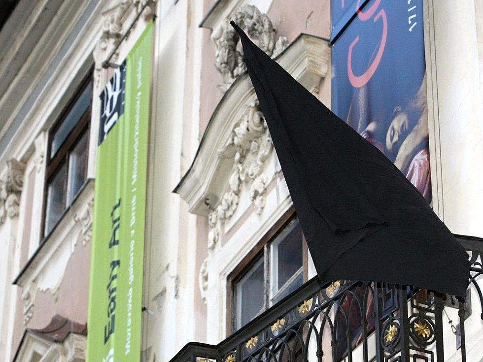 Smuteční černá vlajka na budově Místodržitelského paláce v Brně.