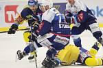 Extraligoví hokejisté Berani Zlín (ve žlutém) v 52. kole v pátek domavyzvali mistrovskou Kometu Brno.