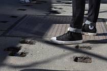 Pádem nebo vyvrknutým kotníkem může skončit chůze po tramvajových nástupištích před brněnským hlavním nádražím. Po odstranění starých laviček a jejich výměně za nové tam totiž zůstaly v asfaltu díry.