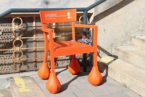 Na příznaky srdečního onemocnění, které hrozí každému pátému člověku nad čtyřicet let, upozorňují oranžové židle s boulemi na nohou hned na několika místech v Brně.
