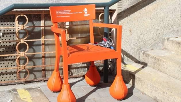 V Brně vyrostly oranžové židle s boulemi na nohou. Upozorňují na srdeční nemoci