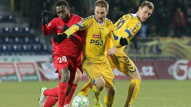 Jihlava porazila fotbalisty brněnské Zbrojovky (v červeném) 2:0.