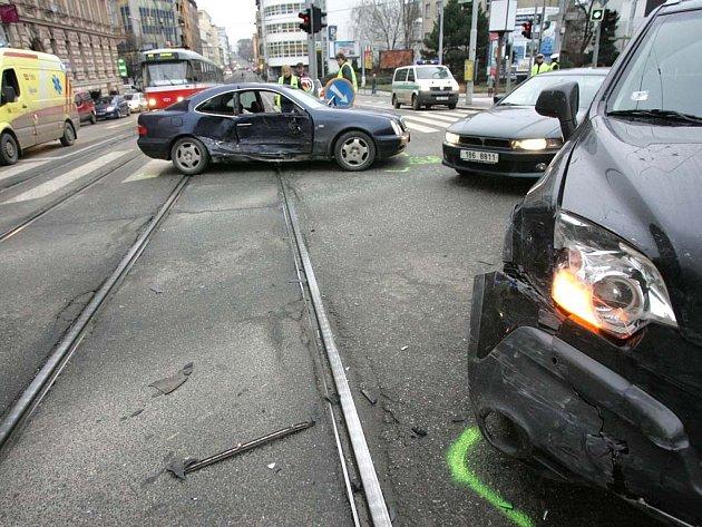 Nehoda dvou aut na křižovatce ulic Milady Horákové a Koliště.