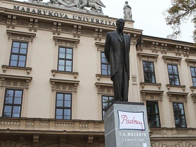 Socha prvního československého prezidenta Tomáše Garrigua Masaryka na Komenského náměstí promluvila. Alespoň prostřednictvím háčkované dečky, která se na ni v pondělí dopoledne objevila. Nesla slovo Padnu.