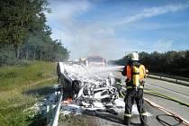 Auto, které havarovalo poblíž Javůrku na Rosicku, celé shořelo.