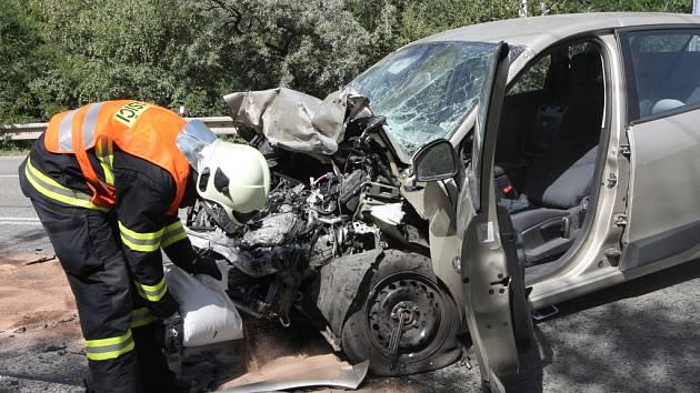 Dvě osobní auta se srazila v brněnské Rokytově ulici nedaleko tamního obchodního centra. Při nehodě se zranili dva lidé.
