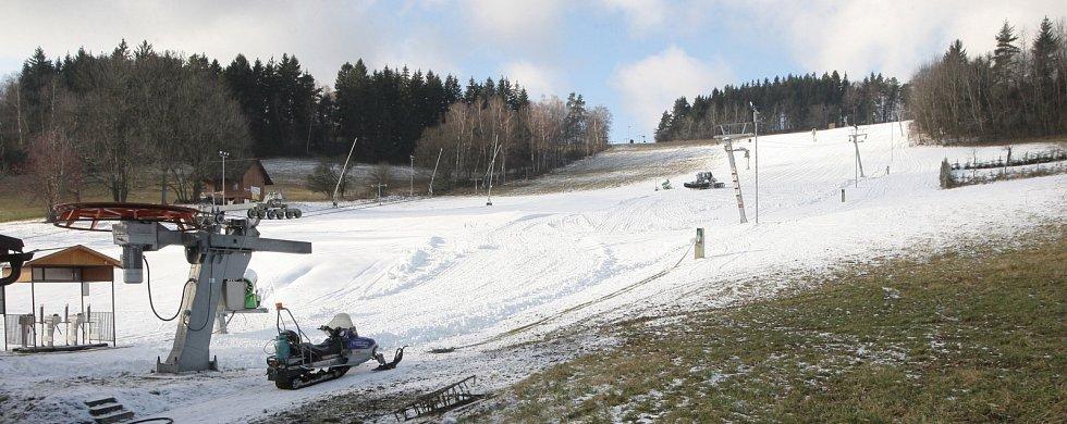PRVNÍ SNÍH. Rolba shrnuje technický sníh na sjezdovce v Olešnici na Blanensku (na snímcích). Od pětadvacátého listopadu ho vyrábí osm sněžných děl a čtyři takzvané sprchy. Většina areálů na jihu Moravy zatím start sezony odkládá.