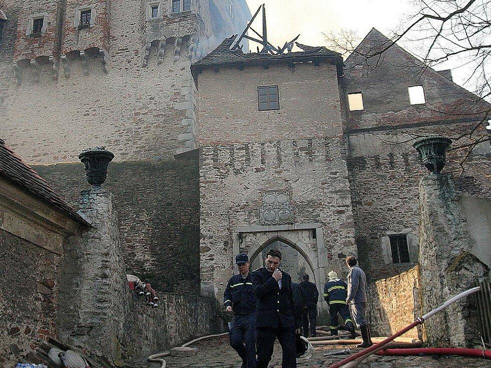 Požár sýpky hradu Pernštejn - 15. 4. 2005.