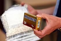 Téměř tisíc pilulek modafenu, léku, ze kterého je možné vyrobit drogu pervitin, našli při domovní prohlídce policisté v rodinném domě v Rajhradicích na Brněnsku. Pětatřicetiletý muž vyráběl drogu v domě svých rodičů více než rok.