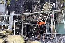 V Bystrci v ulici Ondrouškově v pátek po půlnoci vzplála z dosud nejasných příčin boční zateplená stěna panelového domu.