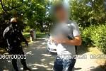 Muž prchal od obchodu s velkou taškou po okraj naplněnou oblečením, strážníkům neutekl.