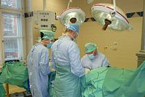 Operace na ortopedii ve Fakultní nemocnici u svaté Anny v Brně.