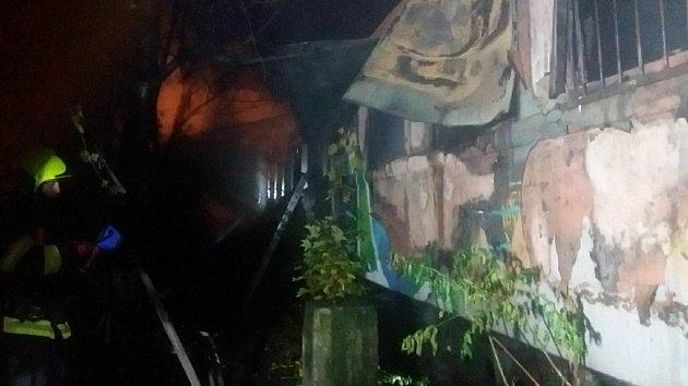 Blízko ulice Široká vBrně hořel starý železniční vagon, zemřeli čtyři lidé, zřejmě bezdomovci.