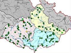 Ilustrační mapa povodňové situace. V Jihomoravském kraji jsou kromě chybného měření ve Vereské Bítýšce všude zelené puntíky znamenající klid.