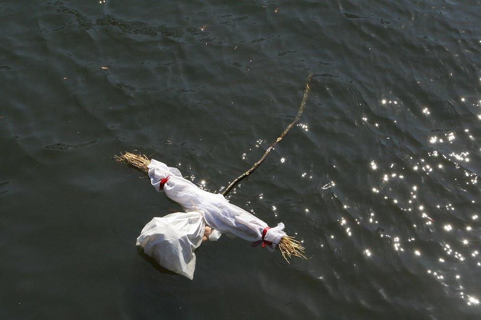 Blanenští už podesáté přívítali jaro společnou akcí. Symbol zimy hodili do řeky. Foto: Vladěna Jarůšková