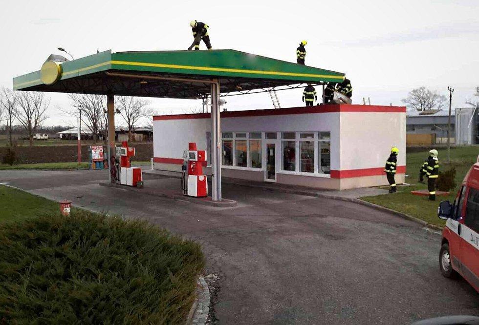 Silný vítr zasáhl jižní Moravu 11. prosince 2017. Hasiči měli nejvíc práce na Břeclavsku.