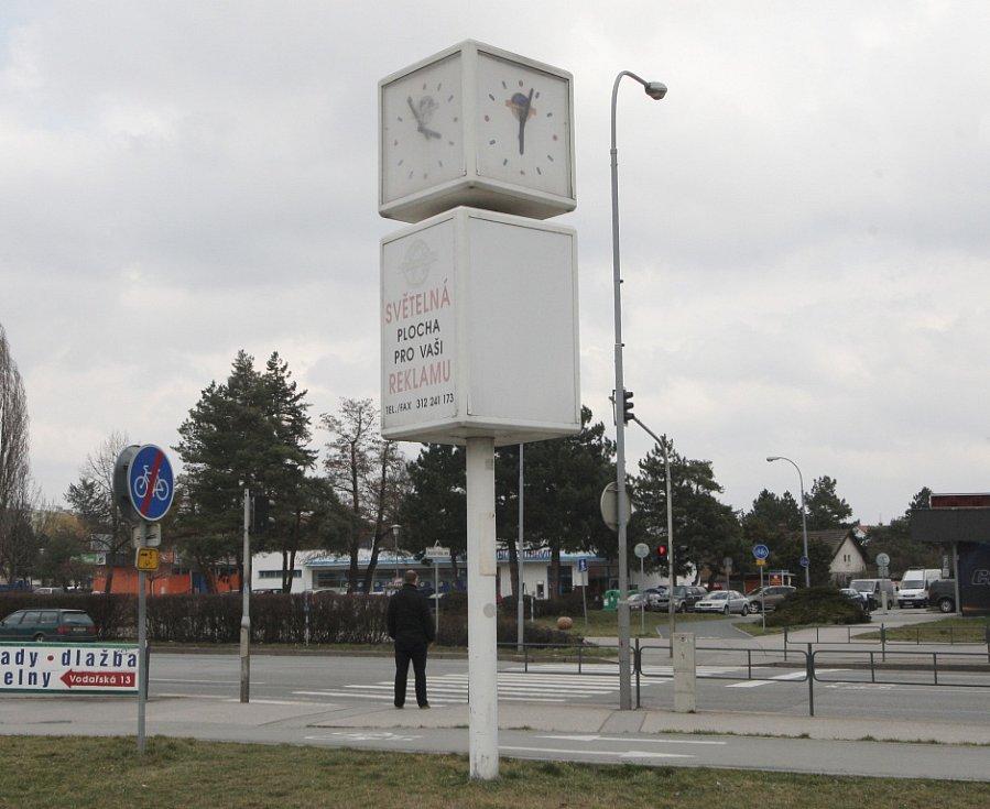 Většina hodin na veřejných prostranstvích v Brně ukazuje nesprávný čas.