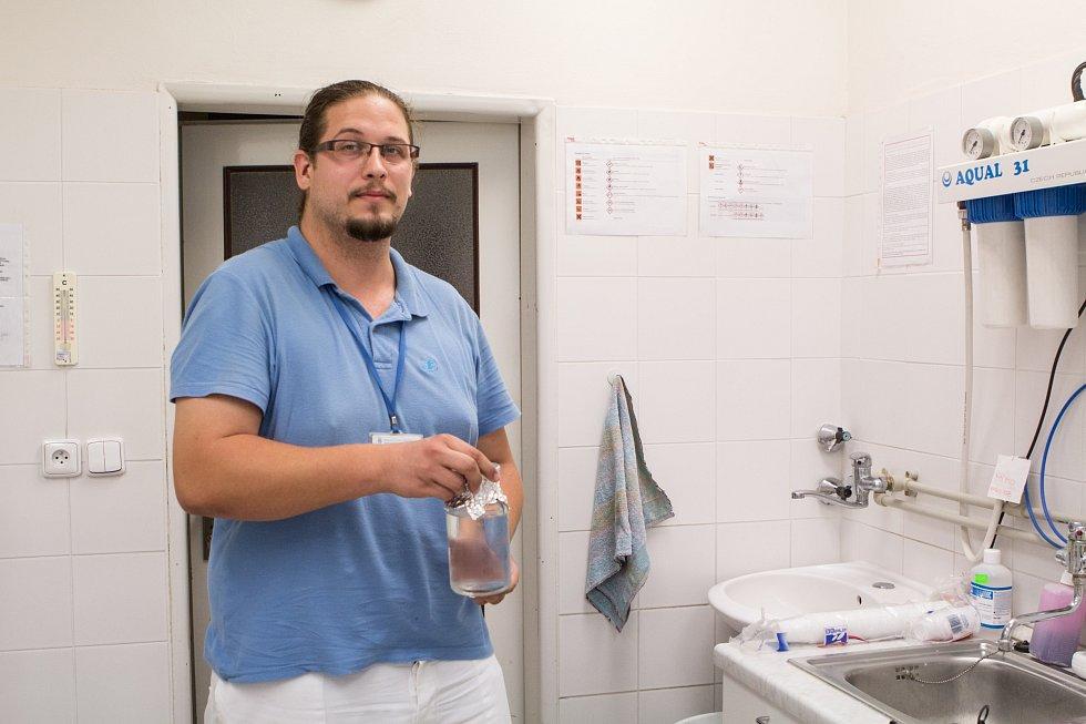 Rozbory ukázaly, že jde o takzvané koliformní bakterie, nebezpečný typ E.coli mezi nimi nebyl. Zda bakterie ze vzorků zmizely, odhalí výsledky testů v sobotu večer.