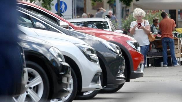 Prostor na Moravském náměstí se stal na týden parkovištěm zánovních aut. Výstava se pak je nakrátko přesunula na náměstí Svobody.