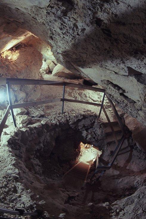 Jeskyně Turold u Mikulova na Břeclavsku má jedinečné suché klima a výzdobu z kalcitů připomínajících mořskou pěnu. Rezervaci využívají jako zimoviště chránění netopýři. V nedalekém lomu najdou turisté geopark.
