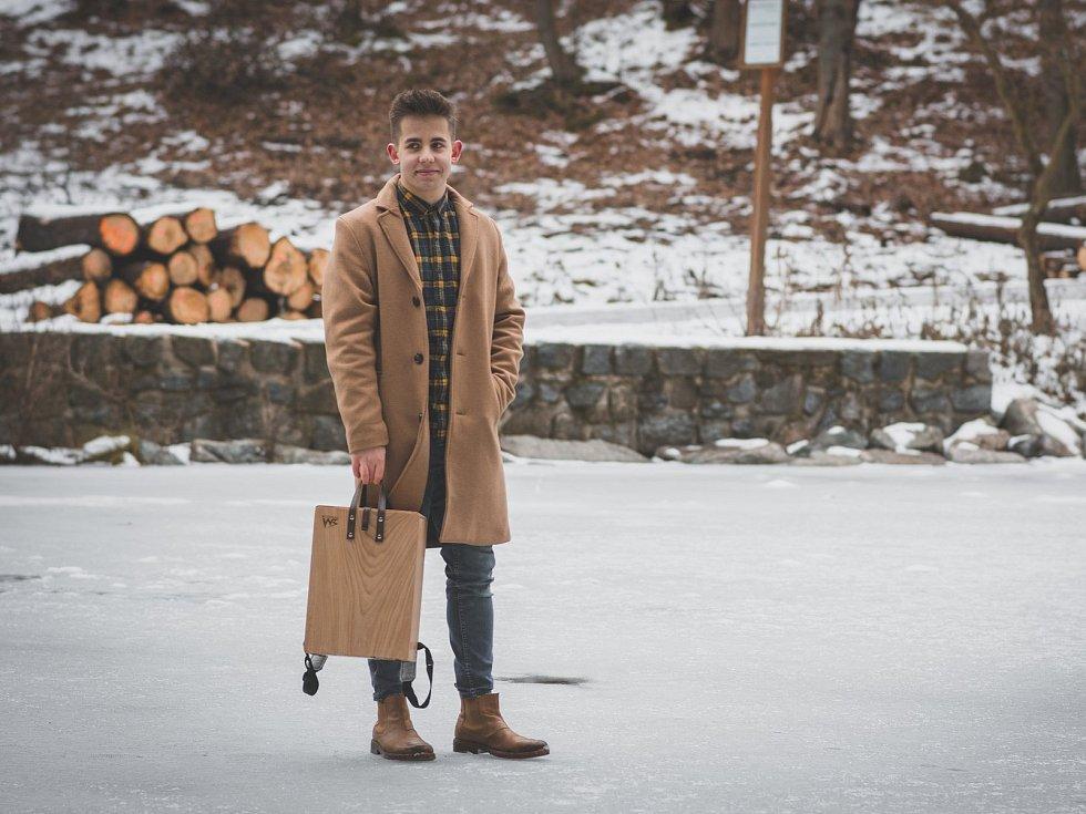 Mladíci z Brna vyrábí první dřevěné batohy na světě.