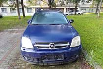 Dlouhodobě odstavené auto v Brně, ulice Klatovská. Podle místních na parkovišti po sedmi letech téměř zakořenilo.