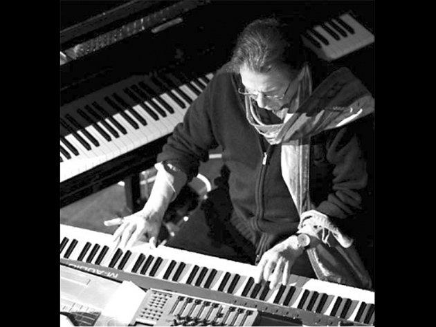 Hudební skladatel a přítel Johna Cagee Alvin Curran (na snímku) nabídne hudební instalací odvolávající se na Cageovy záliby: houbaření, vaření a zahradničení. Currana v sobotu hostí Památník Leoše Janáčka ve Smetanově ulici.