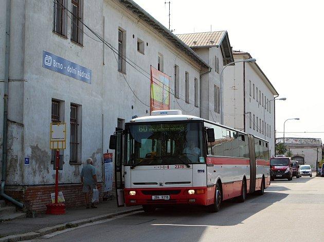 Dolní nádraží v Brně sloužilo lidem provizorně v době výluk vlaků .