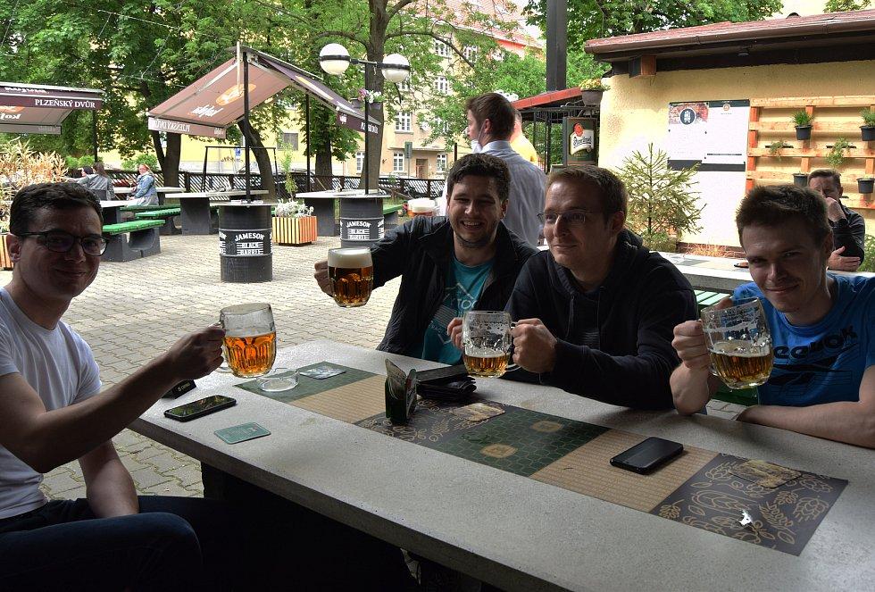 Fanoušci v brněnské restauraci Plzeňský dvůr hnali v pátek odpoledne české hokejisty za vítězstvím proti Rusku na mistrovství světa v Rize.