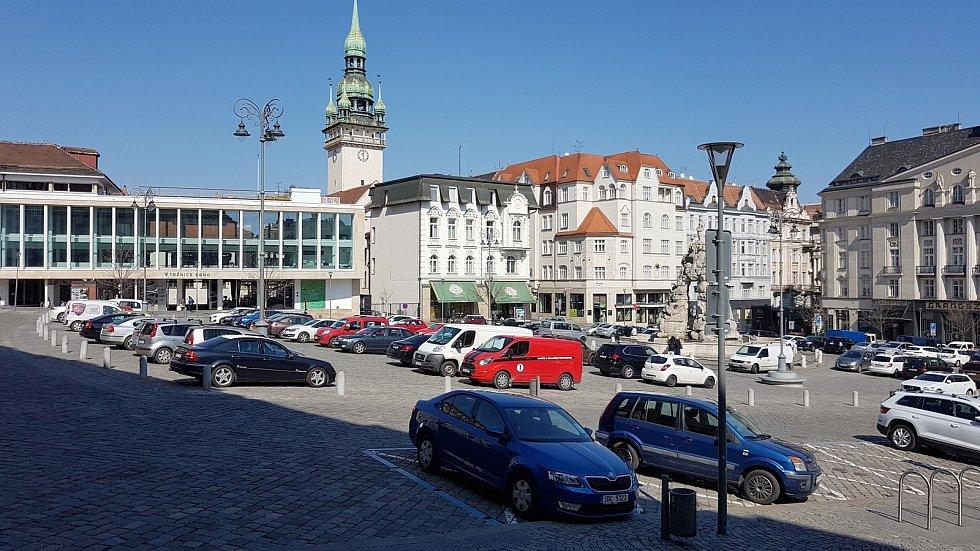 Ze Zelného trhu v centru Brna se v době nouzového stavu stalo parkoviště.