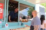 O víkendu ochutnávali lidé u Galerie Vaňkovka několik desítek druhů burgerů od tradičních hovězích po netypické jako třeba italský či jehněčí.