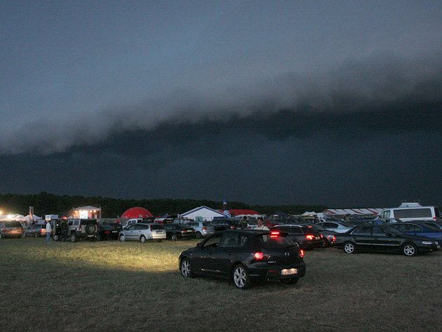 Creamfields: Sobotní bouřka nad festivalem.
