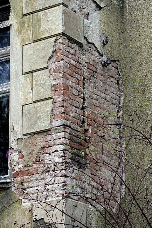 Narušená statika, oprýskaná fasáda, praskliny ve zdech a nevyhovující toalety. Tak to vypadá ve školce, která sídlí v Arnoldově vile v městské části Brno-sever.