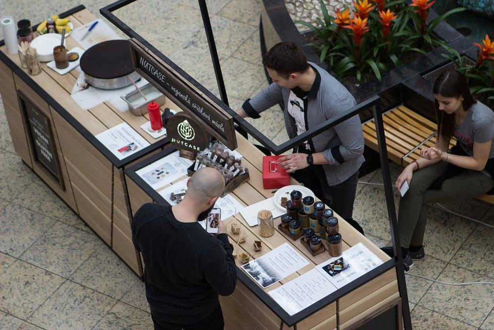 Uprostřed galerie Vaňkovka si lidé kupovali francouzské makronky i sladké koblihy.