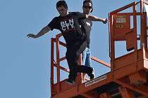 Patnáct metrů volným pádem se proletěli v sobotu lidé, kteří sebrali odvahu skočit z terasy brněnské AZ Tower.